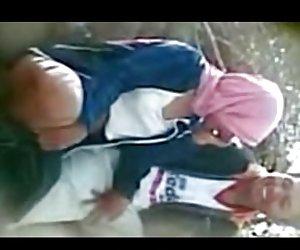 Інданезійская - хіджаб дзяўчына маючы адкрыты сэкс